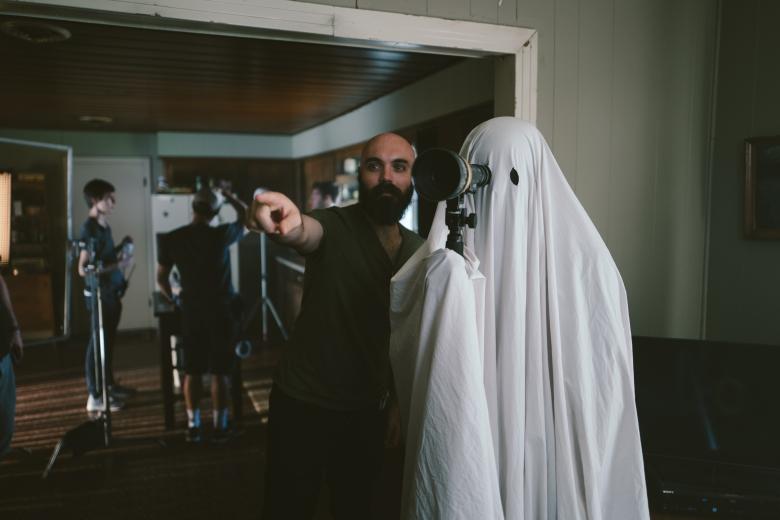 a-ghost-story-david-lowery-casey-affleck-in-sheet.jpg