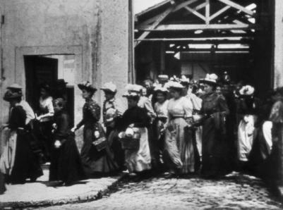 Arrêt sur image du premier film de l'Histoire : Sortie d'Usine