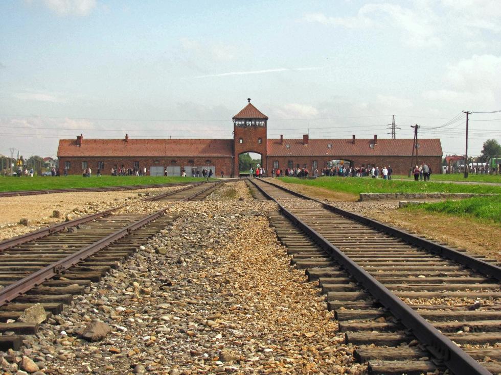 Auschwitz_2_gate.jpg